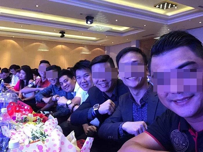 Ông Lê Đức Nguyên (thứ 4 từ ngoài vào) và Hồ Ngọc Tài (thứ 5), là 1 trong 7 nghi can bị Bộ Công an bắt giữ trong vụ cướp tiền ảo trị giá 35 tỷ đồng